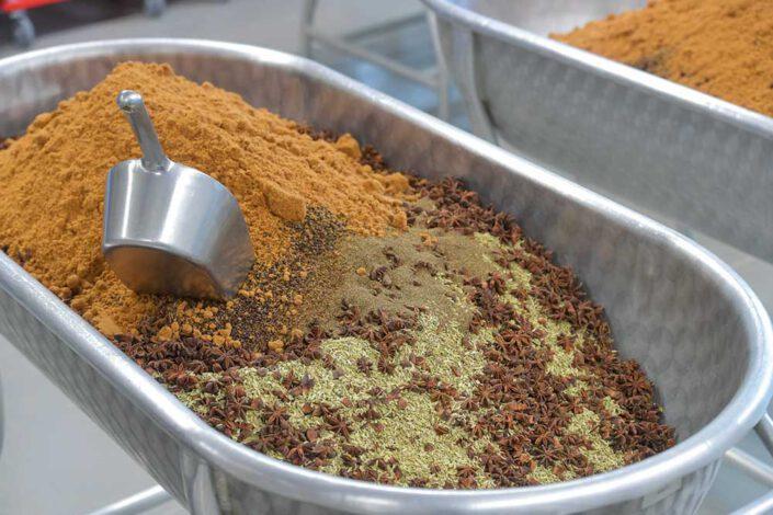 Altes Gewürzamt: Alle Gewürzmischungen, wie diese Curry-Mischung, werden in der Klingenberger Manufaktur hergestellt und abgefüllt