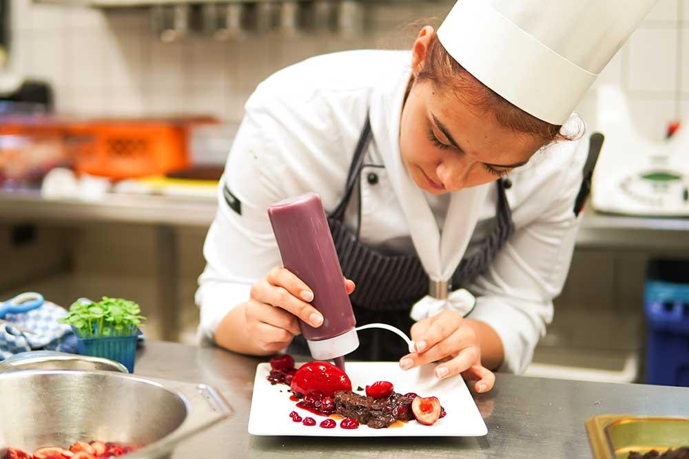 BASF Gastronomie, Ludwigshafen: Azubi beim Mise en place fürs Restaurant