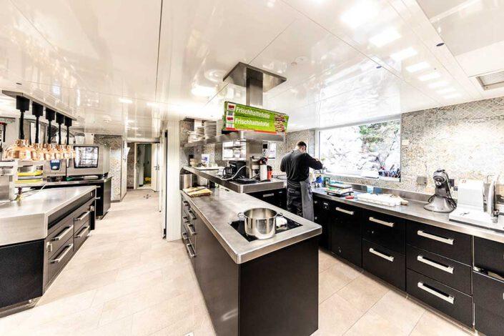Blick in die rundum modernisierte Küche des Burghotel Falkenstein