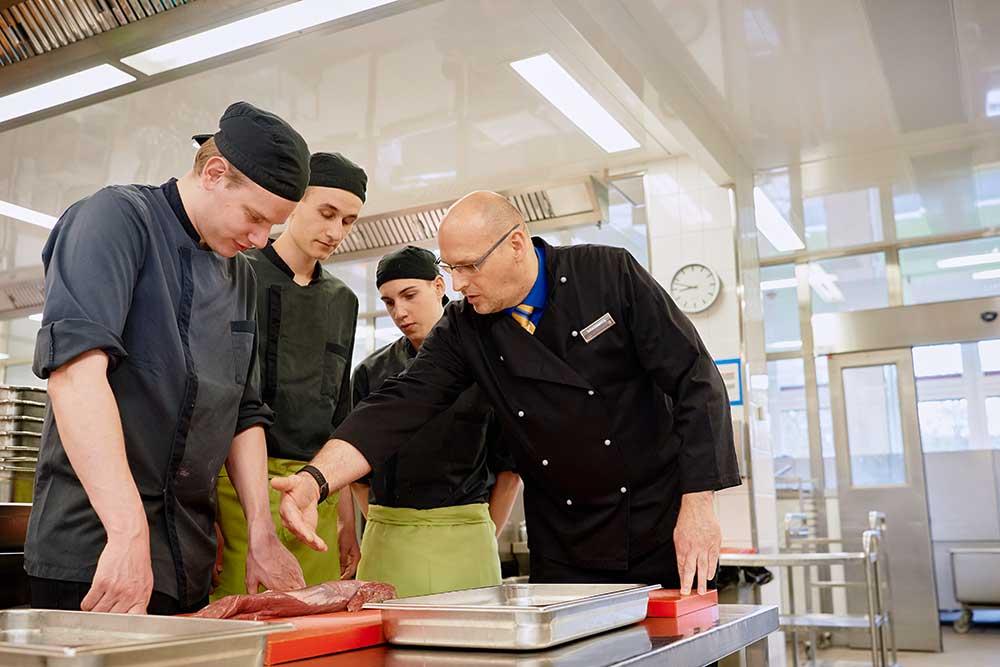 EDEKA AG, Hamburg: Stefan Lichtenberg in Aktion mit seinen Azubis