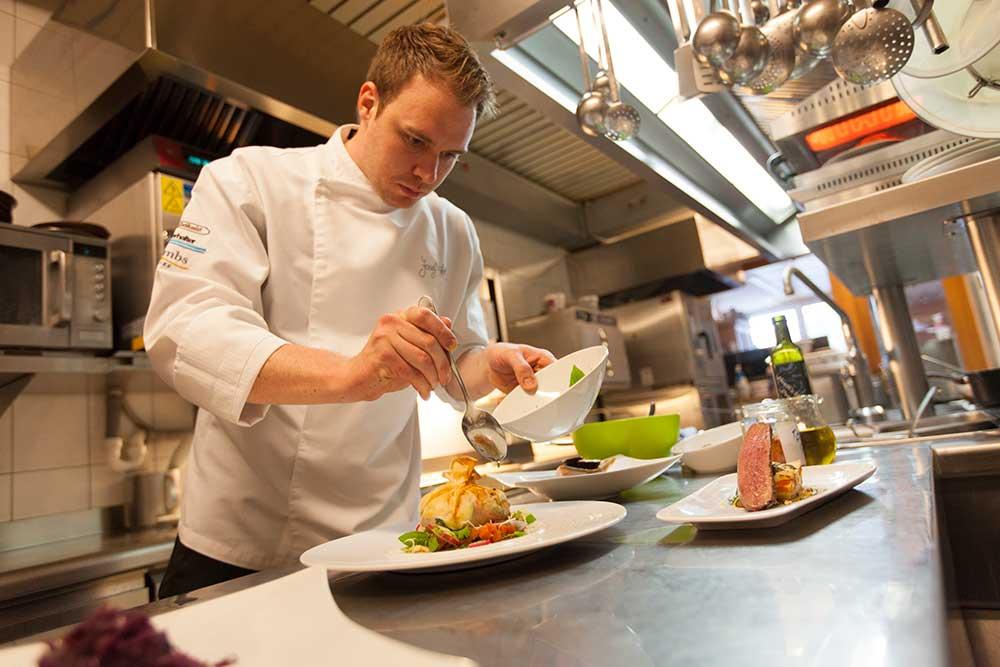 """Gasthof Hartl """"Zum Unterwirt"""": Blick ins Restaurant: Top-Ausbilder Josef Hartl konzentriert beim Mise en place"""