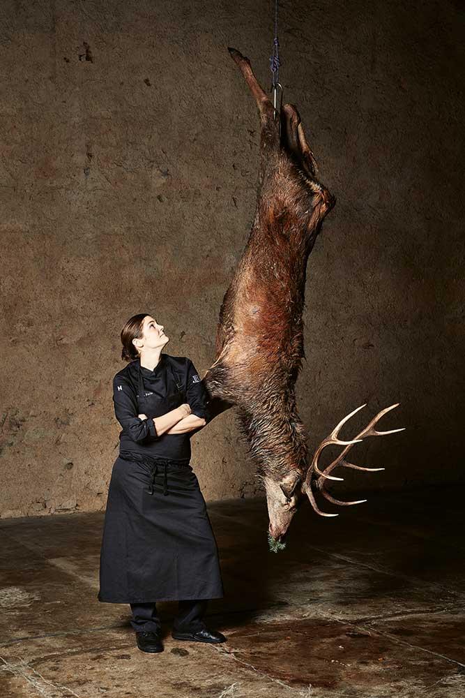 """""""Ich bin Köchin, lebe in einer Jägerfamilie, kann nicht jagen und habe einen Hund, der es noch weniger kann als ich"""", bekennt Viktoria Fuchs"""