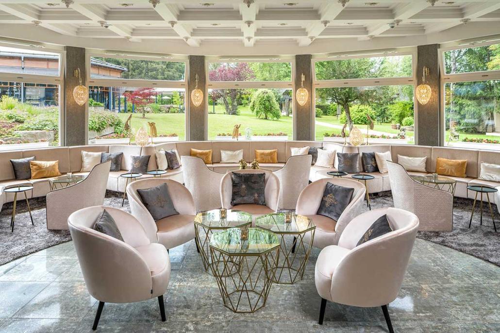 Parkhotel Adler –Lobby-Wintergarten mit Blick in den Hotelpark
